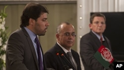 Afghanistan's deputy foreign minister Jawed Ludin (l) addresses a news conference with Pakistan's Foreign Secretary Salman Bashir and United States Special Envoy to Afghanistan and Pakistan Marc Grossman (r) in Islamabad, Aug 2, 2011