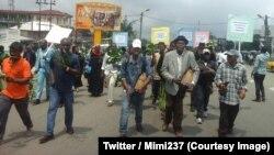 Quelques personnes marchent dans les rues de Buea, chef-lieu de la région anglophone du Sud-Ouest, pour dénoncer la tentative de sécession des deux régions anglophones du Cameroun, le 31 juillet 2018. (Twitter/Mimi237)