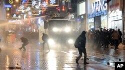 12月27日﹐土耳其的腐敗醜聞令民眾在伊斯坦布爾走上街頭跟警察發生衝突被警察用水炮驅逐。