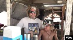 "Jett (kanan), salah satu peserta ""Burning Man""."