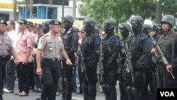Simulasi anti teror oleh polisi di Solo, Jawa Tengah (17/12). (VOA/Yudha Satriawan)