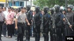 Simulasi anti-teror oleh polisi di Solo, Jawa Tengah. (Foto: Dok)