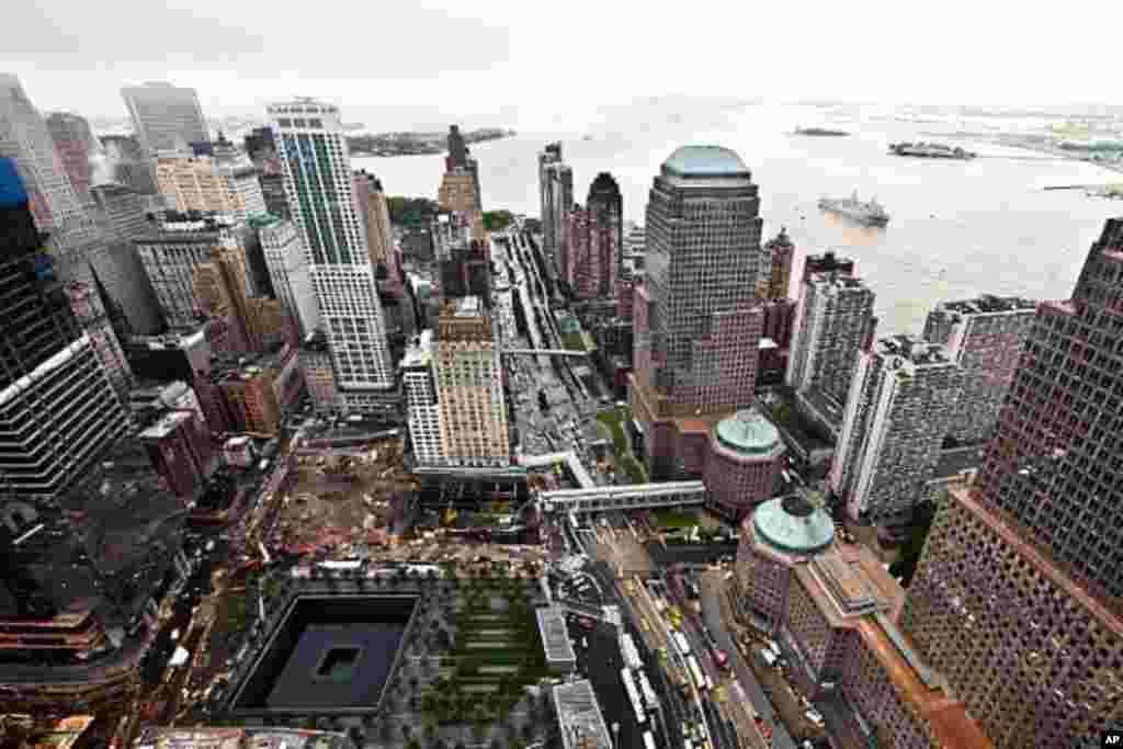 美國海軍兩棲塢式運輸艦紐約號USS New York (LPD 21) 9月8日即將經過曼哈頓世貿中心和9-11紀念園。