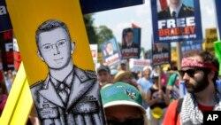 Para demonstran melakukan unjuk rasa di luar pangkalan militer Amerika di Fort Meade, negara bagian Maryland untuk mendukung Bradley Manning, hari Sabtu (1/6).