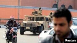 Vojska i vojna vozila zauzimaju položaje tokom obeležavanja 4 godišnjice ustanka u Egiptu 2011. godine, kojim je sa vlasti zbačen predsednik Hosni Mubarak. 25. januar, 2014.