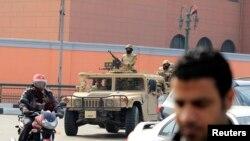 埃及街头有军人和军车