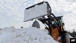 Se han utilizado palas mecánicas para recoger la nieve en la capital de Estados Unidos. Al fondo, el Capitolio de Washington.