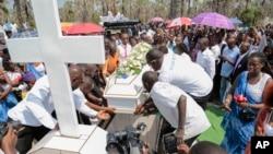 Avant l'enterrement, des amis et proches rendent un dernier hommage à Patrick Ndikumana, tué par la police dans le quartier de Jabe, le 3 juillet 2015