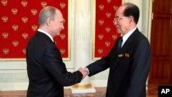 2차 세계대전 승전 70주년 기념행사 참석 차 러시아 모스크바를 방문한 김영남 북한 최고인민회의 상임위원장(오른쪽)이 9일 모스크바 크렘린 궁에서 블라디미르 푸틴 러시아 대통령과 만나 악수하고 있다.