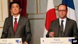 Thủ tướng Nhật Shinzo Abe (trái) và Tổng thống Pháp Francois Hollande họp báo sau cuộc tọa đàm ở điện Elysee, Paris, Pháp, ngày 20/3/2017.
