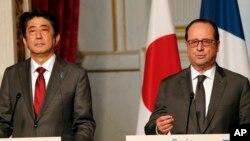 Thủ tướng Nhật Bản Shinzo Abe và Tổng thống Pháp Francois Hollande tại cuộc họp báo ở Điện Elysé, Paris ngày 20/3/2017.