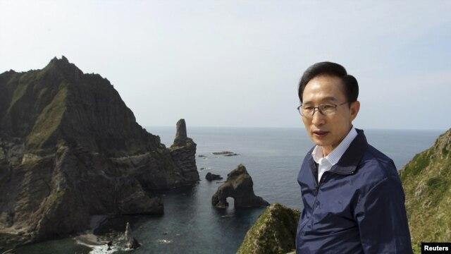 Južnokorejski predsednik Li Mjung-bak tokom posete ostrvima Dokdo, kako se zovu u Južnoj Koreji, odnosno Takešima, kako se zovu u Japanu, 10. avgust 2012.