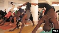 Sebagian besar pria cenderung melihat yoga sebagai latihan olahraga daripada praktik spiritual.