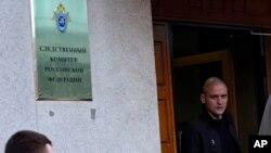 Сергей Удальцов в дверях Следственног коммитета России. Архивное фото.