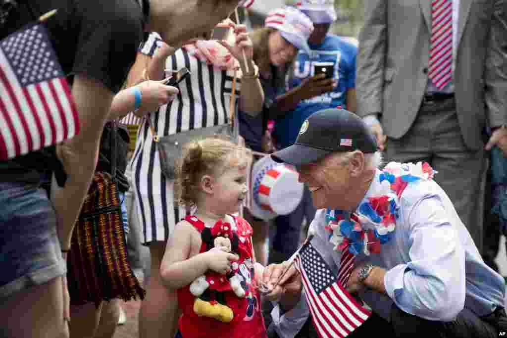 Phó Tổng thống Mỹ Joe Biden tươi cười chào một khán giả nhỏ tuổi khi ông tuần hành trong một cuộc diễn hành ngày Độc lập tại Hội trường Độc lập ở thành phố Philadelphia, Pennsylvania.