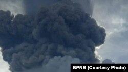 Gunung Sinabung di Karo, Sumut, kembali erupsi Minggu sore (9/6) dengan tinggi kolom abu mencapai tujuh kilometer. Tidak ada korban jiwa, status gunung tetap 'siaga.' (courtesy: BNPB)