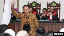 """Gubernur DKI Jakarta, Basuki """"Ahok"""" Tjahaja Purnama hadir dalam sidang kasus penistaan agama di Jakarta (foto; ilustrasi). Amnesti Internasional dalam pernyataan hari Selasa (7/3), menuntut Indonesia mencabut UU Penistaan Agama, karena bertentangan dengan kewajiban HAM."""