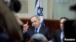 25일 이스라엘 예루살렘 총리실에 취재진이 몰린 가운데, 베냐민 네타냐후 총리가 팔레스타인 내 정착촌 건설 중단 촉구 유엔 안보리 결의안에 대한 긴급 각료회의를 주재하고 있다.