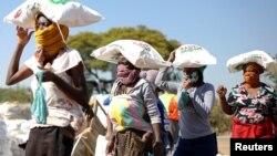 2020年5月20日南非比勒陀利亞勞登郊區附近婦女頂著玉米粉袋。