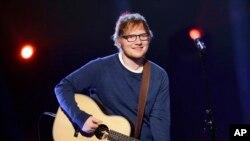 Ed Sheeran biểu diễn cho Đài truyền hình quốc gia Ý RAI TV ở Milan.