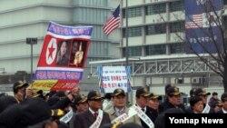 한국 민주평화통일자문회의 서울지역회의 회원들이 4일 오전 광화문광장에서 '한반도 평화통일 지지 및 북한 핵 포기 촉구대회'를 개최하고 있다.