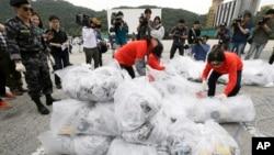 지난해 9월 경기도 파주시 통일동산주차장에서 탈북자 단체 '자유북한운동연합' 회원들이 북한 정권을 비난하는 내용의 전단을 북으로 날려보냈다. (자료사진)