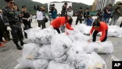 지난 21일 경기도 파주시 통일동산주차장에서 탈북자 단체 '자유북한운동연합' 회원들이 북한 정권을 비난하는 내용의 전달을 북으로 날려보냈다.
