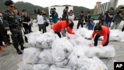 지난해 9월 한국 경기도 파주시 통일동산주차장에서 탈북자 단체 '자유북한운동연합' 회원들이 북한 정권을 비난하는 내용의 전단을 북으로 날려보냈다. (자료사진)