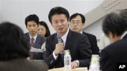 ລັດຖະມົນຕີຕ່າງປະເທດຍີ່ປຸ່ນ Koichiro Gemba ອະພິປາຍກັບພວກນັກຊ່ຽວຊານ ກ່ຽວກັບວ່າ ຄວນຈະເຂົ້າຮ່ວມ ພາຄີການຄ້າຂ້າມປາຊີຟິກ ທີ່ສະຫະລັດເປັນຜູ້ລິເລີ່ມນັ້ນຫລືບໍ່?, ວັນທີ 4 ພະຈິກ 2011(AP Photo/Koji Sasahara)