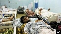 Người dân Afghanistan được đưa đi bệnh viện cấp cứu sau vụ nổ chết người bên ngoài sân bay ở Kabul, Afghanistan, hôm 26/8/2021.