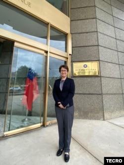 新任台灣駐美代表蕭美琴2020年7月24日第一天上任在駐美國台北經濟文化代表處門口拍照(台灣駐美代表處推特)