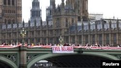 Демонстранти з кольорами білоруського прапора на Вестмінстерському мосту в Лондоні 8 серпня 2021 р.