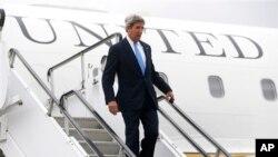 İsveç'i ziyaret eden ABD Dışişleri Bakanı John Kerry Stokholm havaalanında uçağından inerken