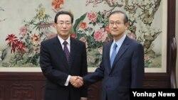 한국의 임성남 외교통상부 한반도평화교섭본부장(왼쪽)이 5일 오후 베이징에서 북핵 대처방안을 협의하기 위해 중국 측 6자회담 수석대표인 우다웨이 한반도사무 특별대표와 만나 악수하고 있다.