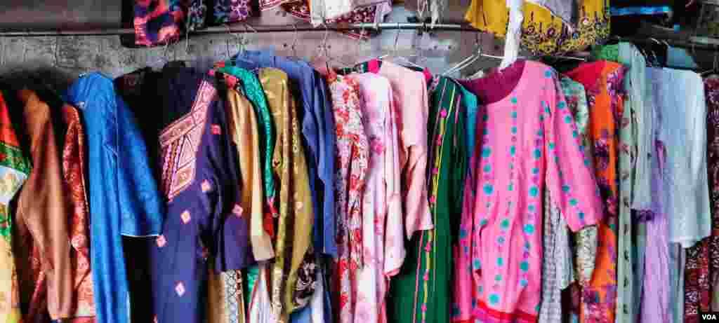 استعمال شدہ کپڑوں کی مارکیٹ میں خواتین کے لیے بھی کپڑے دستیاب ہیں۔