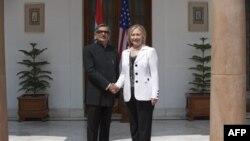 ABŞ Dövlət katibi Hillari Klinton Hindistanın Xarici İşlər naziri S.M.Krişna ilə. Dehli,19 iyul 2011