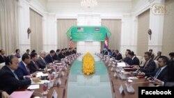 ជំនួបទ្វេភាគីរវាងកម្ពុជា និងម៉ាឡេស៊ី ក្រោមអធិបតីភាពលោកនាយករដ្ឋមន្ត្រី ហ៊ុន សែន និងលោក មហាធា មហាម៉ាត់ នាយករដ្ឋមន្ត្រីប្រទេសម៉ាឡេស៊ី នៅព្រឹកថ្ងៃអង្គារទី៣ ខែកញ្ញា ឆ្នាំ២០១៩ ក្នុងទីក្រុងភ្នំពេញ នៃប្រទេសកម្ពុជា។ (Facebook/Samdech Hun Sen, Cambodian Prime Minister)