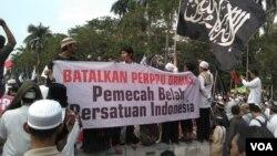 Aksi tolak Perppu No. 2 tahun 2017 soal Ormas di silang Monas kawasan Thamrin Jakarta, Jumat 28 Juli 2017. (Foto: VOA/Andylala)