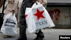 지난달 11일 미국 뉴욕시 브룩클린 지역의 백화점 앞에서 고객들이 쇼핑백을 들고 있다.