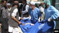 Un Afghan amené dans un hôpital local suite à un accident, à Ghazni, le 8 mai 2016.