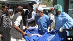 8일 아프가니스탄 남동부 가즈니 주에서 버스 충돌사고가 발생한 가운데, 구급 요원들이 부상자를 병원으로 이송하고 있다.