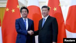 資料照片 - 中國國家主席習近平在北京人民大會堂會見日本首相安倍晉三。 (2019年12月23日)