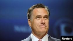 Mitt Romney berbicara di hadapan pertemuan kelompok pejabat Latino terpilih di Orlando, Florida hari Kamis (21/6).