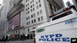 18일 미국 뉴욕 증권거래소 주변에 배치된 경찰 차량. (자료 사진)
