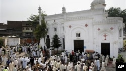 Warga berkumpul di lokasi serangan bom bunuh diri di sebuah gereja di Peshawar, Pakistan (22/9).