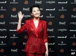 """2018年11月17日,中国演员许晴抵达第55届金马奖典礼会场。金马奖被称为中国的""""奥斯卡""""。"""