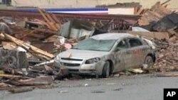 نمادی از ویرانی های گردباد شدید در ایالت الابامای امریکا که ده ها تن را به کام مرگ کشانیده است.
