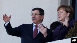 Thủ tướng Đức Angela Merkel và Thủ tướng Thổ Nhĩ Kỳ Ahmet Davutoglu trong buổi lễ chào đón tại Ankara, Thổ Nhĩ Kỳ, ngày 8/2/2016.