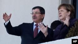 8일 터키 앙카라를 방문한 앙겔라 메르켈 독일 총리(오른쪽)와 아흐메트 다부터울루 터키 총리가 환영식을 가진 후 대화를 나누고 있다.