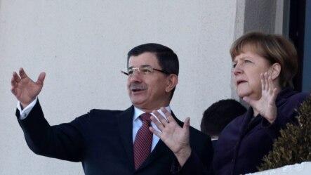 Nemačka kancelarka Angela Merkel i turski premijer Ahmet Davutoglu posle ceremonije dobrodošlice nemačkoj liderki u Ankari, 8. februara 2016.